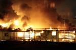 22. April: Etwa hundert Asylsuchende haben im Ausschaffungsgefängnis von Villawood, westlich von Sydney in Australien im Laufe einer von Unruhen geprägten Nacht neun Gebäude in Brand gesteckt.