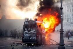 """Brennende Bullenkarre in Rom am 15. Oktober 2011, anlässlich der Proteste gegen das Finanzkapital, im Rahmen des weltweiten Aktionstages der """"Occupy"""" Bewegung"""