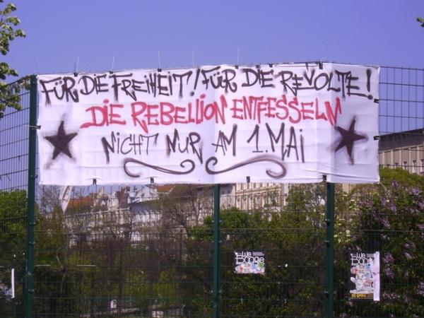 Für die Freiheit! Für die Revolte! Die Rebellion entfesseln, nicht nur am 1. Mai! - Transparent von der Strasse - gesehen in Berlin-Kreuzberg vor dem diesjährigen 1. Mai