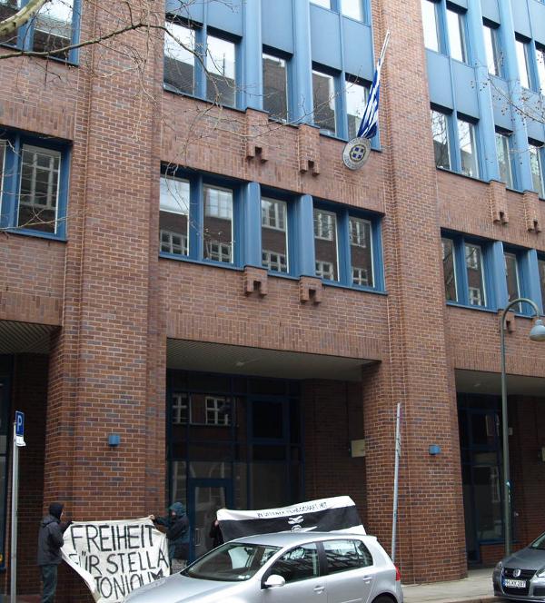 Vor dem griechischen Konsulat in Hamburg in Solidarität mit Stella Antoniou