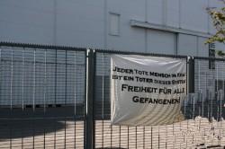Jeder tote Mensch im Knast, ist ein Toter des Systems! Freiheit für alle Gefangenen! - ein am 1. Mai in Hamburg am Knast Holstenglacis aufgehängtes Transparent
