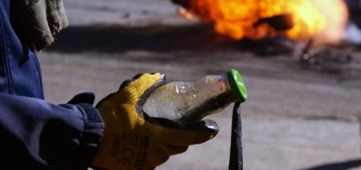 Molotovcocktail in der Hand